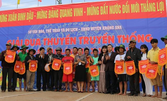 Giải Đua thuyền nam truyền thống tỉnh Đắk Lắk lần thứ X năm 2017: Đội 2, thôn 2, xã Bình Hòa, huyện Krông Ana giành giải Nhất