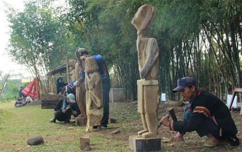 Cấp gỗ phục vụ Hội thi tạc tượng gỗ dân gian các dân tộc Tây Nguyên năm 2017