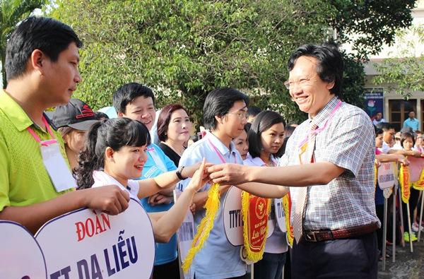 Gần 900 cán bộ, công chức, viên chức và người lao động tham dự Hội thao truyền thống ngành Y tế tỉnh Đắk Lắk lần thứ XIII năm 2017.