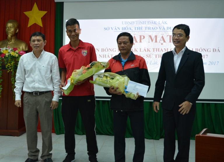 Lãnh đạo tỉnh gặp mặt đội tuyển bóng đá Đắk Lắk tham gia giải Bóng đá Hạng Nhất quốc gia năm 2017.