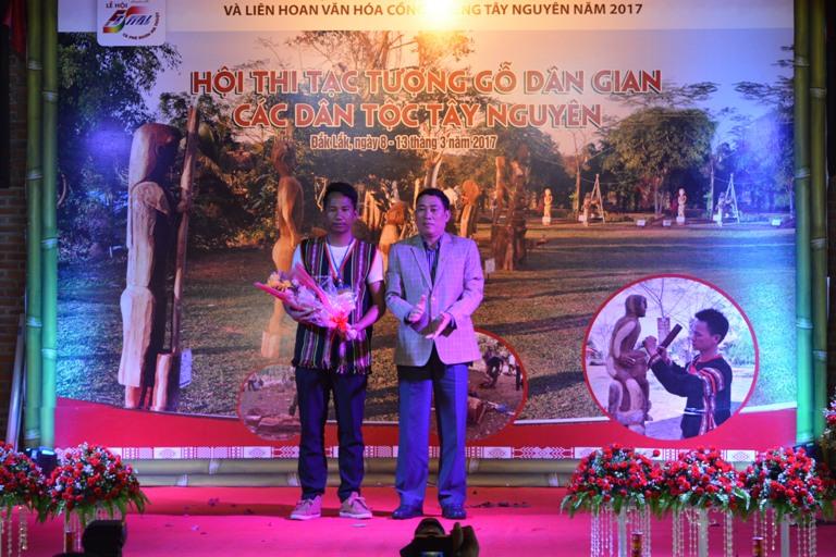 Bế mạc Hội thi tạc tượng gỗ các dân tộc Tây Nguyên mở rộng năm 2017.