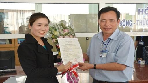 Thành phố Buôn Ma Thuột, trao giấy chứng nhận đăng ký kinh doanh cho hộ kinh doanh thực hiện đăng ký trực tuyến qua mạng
