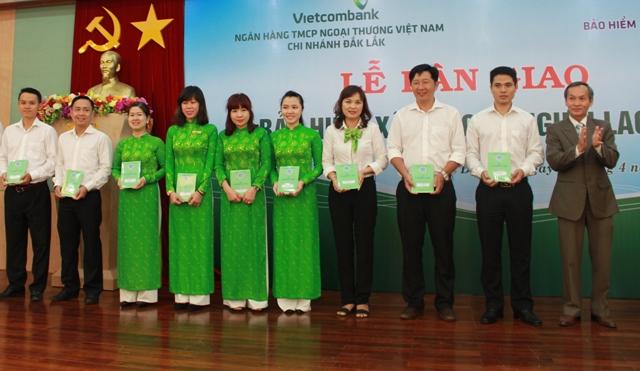 Bảo hiểm xã hội tỉnh bàn giao sổ Bảo hiểm xã hội cho người lao động tại Ngân hàng Vietcombank chi nhánh Đắk Lắk