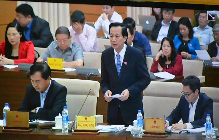 Bộ trưởng Bộ Lao động, Thương binh và Xã hội Đào Ngọc Dung trả lời chất vấn đại biểu Quốc hội về công tác dạy nghề, việc làm, chế độ chính sách đối với người có công.