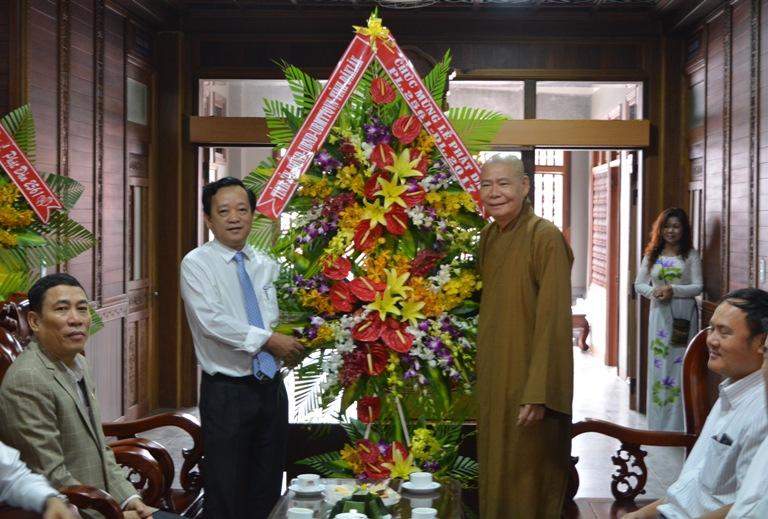 Lãnh đạo tỉnh thăm, tặng quà các cơ sở Phật giáo nhân Lễ Phật đản - Phật lịch 2561 năm 2017.