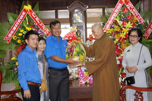 Hội Liên hiệp Thanh niên Việt Nam tỉnh Đắk Lắk đi thăm và chúc mừng các cơ sở Phật giáo nhân Đại lễ Phật đản năm 2017