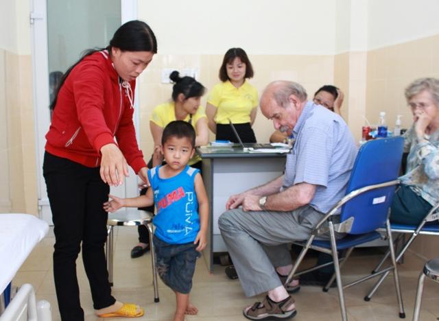 Hơn 200 trẻ em được khám sàng lọc dị tật vận động, di chứng sẹo bỏng và tư vấn hỗ trợ phẫu thuật miễn phí