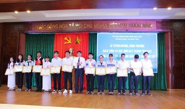 Tuyên dương giáo viên và học sinh đạt thành tích cao trong các kỳ thi học sinh giỏi Quốc gia, khu vực năm học 2016-2017