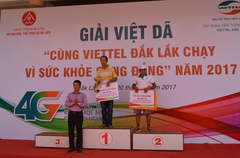 """Hơn 1.000 VĐV tham dự giải Việt dã """"Cùng Viettel Đắk Lắk chạy vì sức khỏe cộng đồng"""" năm 2017."""
