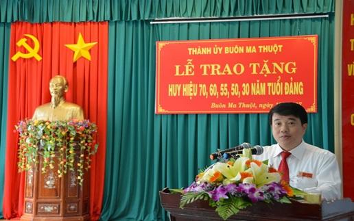Thành ủy Buôn Ma Thuột trao tặng Huy hiệu Đảng đợt 19/5 cho 50 đảng viên thuộc Đảng bộ Thành phố.