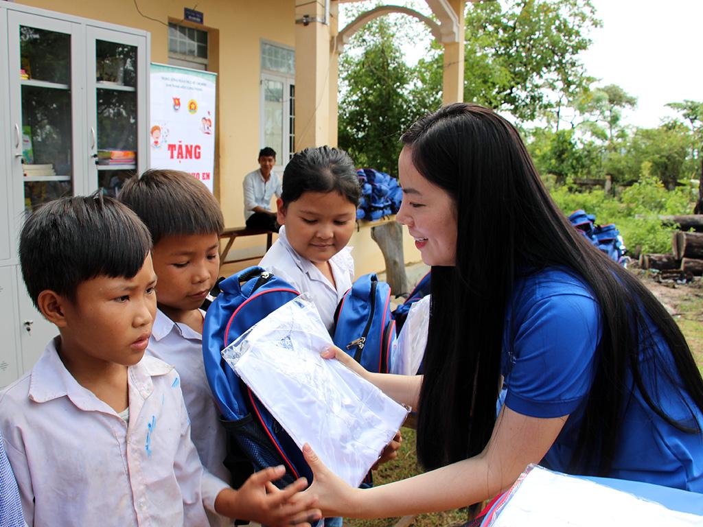 Thăm, tặng quà và tổ chức các hoạt động vui chơi hè cho thiếu nhi làng Thanh niên lập nghiệp Biên giới xã Ia Lốp - huyện Ea Súp