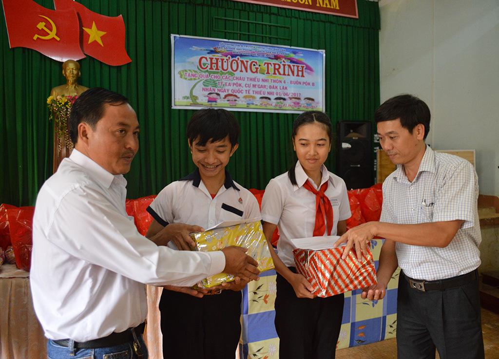 Tết thiếu nhi của trẻ em có hoàn cảnh khó khăn của thị trấn Ea Pốk, huyện Cư M'gar.