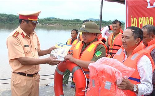Trang bị áo phao cứu sinh cho các huyện trong mùa mưa lũ năm 2017.