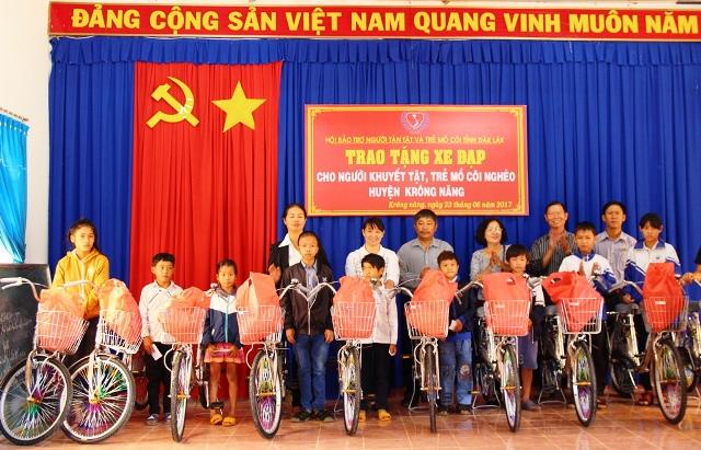 Tặng 30 chiếc xe đạp cho người khuyết tật, trẻ mồ côi và học sinh có hoàn cảnh khó khăn tại huyện Krông Năng