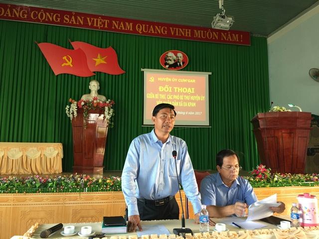 Đồng chí Bí thư, Phó Bí thư Huyện ủy đối thoại với nhân dân xã EaKpam
