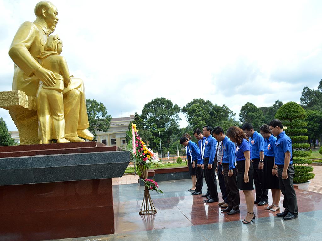 Tuổi trẻ Đoàn khối các cơ quan tỉnh báo công trước tượng đài Bác Hồ và dâng hương viếng các chiến sỹ Nam tiến