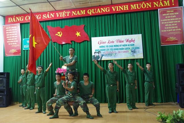 Biểu diễn văn nghệ cho cán bộ chiến sĩ và nhân dân khu vực biên giới.
