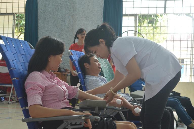 """Hơn 1.000 người đăng ký hiến máu trong Ngày hội hiến máu tình nguyện """"Giọt hồng Tây Nguyên""""."""