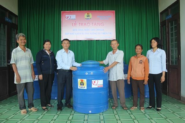 Liên đoàn Lao động tỉnh: Tặng 50 bồn chứa nước cho đoàn viên Công đoàn huyện Buôn Đôn