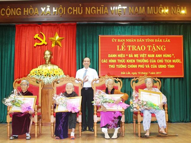 """Lễ trao tặng danh hiệu """"Bà mẹ Việt Nam Anh hùng"""", các hình thức khen thưởng của Chủ tịch nước, Thủ tướng Chính phủ và UBND tỉnh"""