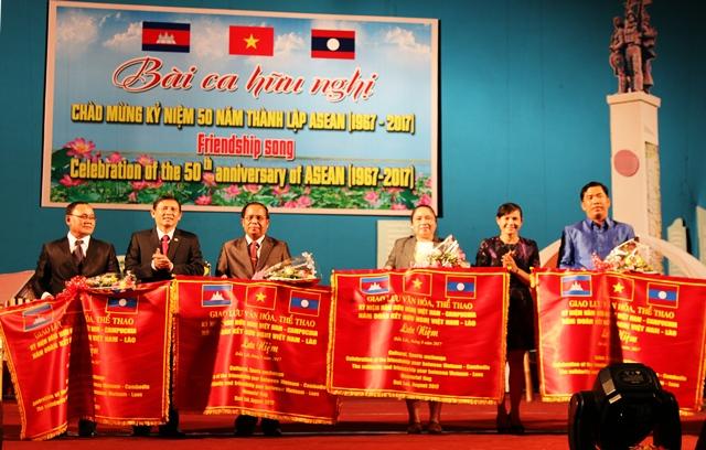 """Giao lưu nghệ thuật """"Bài ca hữu nghị"""" Campuchia – Lào – Việt Nam"""
