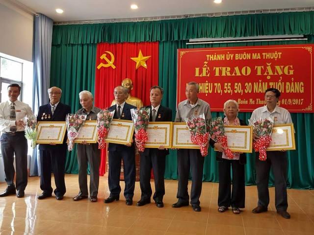 Lễ trao tặng Huy hiệu Đảng