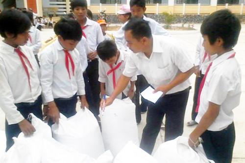 Tiếp nhận gạo dự trữ Quốc gia hỗ trợ học sinh năm học 2017 – 2018