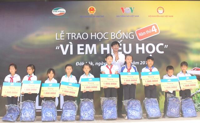 """Viettel Đắk Lắk trao tặng học bổng """"Vì em hiếu học"""" tại huyện M'Đrắk"""
