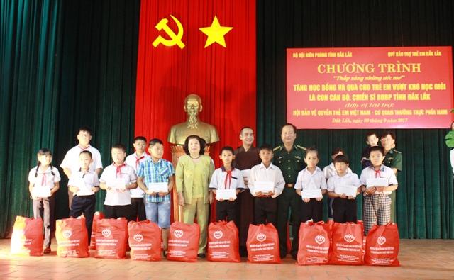Hội Bảo vệ quyền trẻ em Việt Nam trao 206 suất quà cho trẻ em có hoàn cảnh khó khăn tại Đắk Lắk