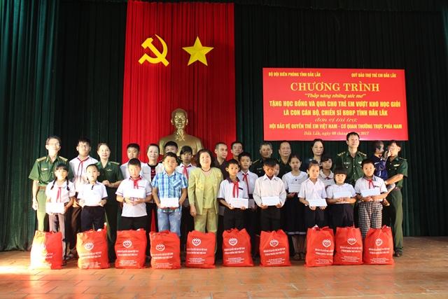 Trao học bổng cho con cán bộ, chiến sĩ Bộ đội Biên phòng tỉnh Đắk Lắk