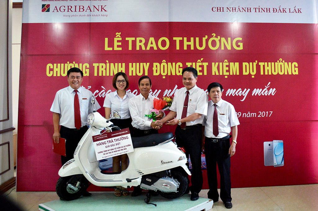 "Dak Lak Agribank awards the Prize-Linked Savings Program ""Handing Scratch Cards, Receiving Luckiness"""