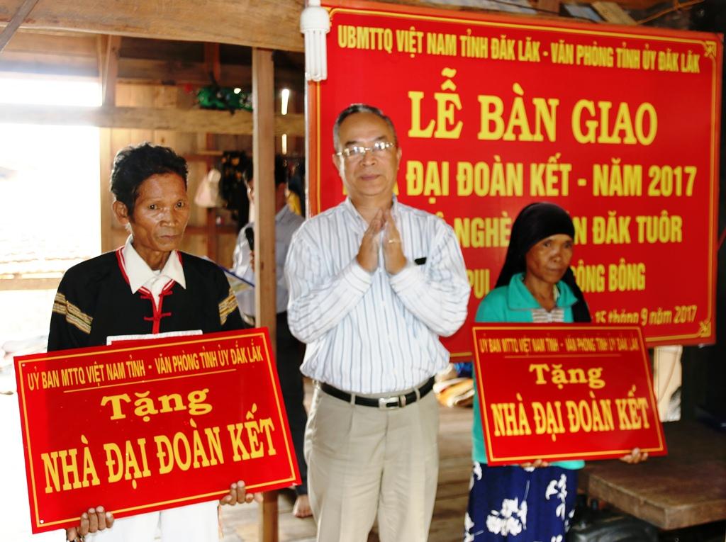 Bàn giao nhà Đại đoàn kết tặng hộ nghèo tại huyện Krông Bông
