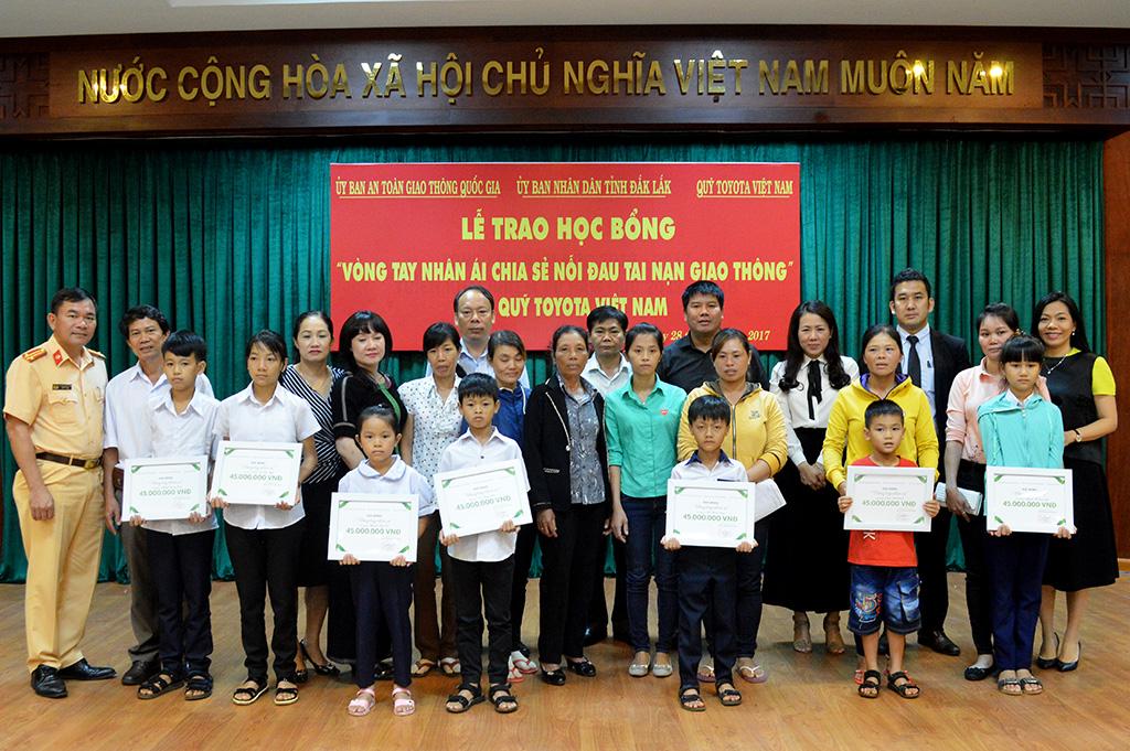 Quỹ Toyota Việt Nam trao tặng hơn 400 triệu đồng cho con các nạn nhân tai nạn giao thông