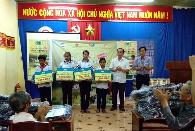 """Chi nhánh Viettel Lắk trao 80 suất học bổng """"vì em hiếu học"""" cho các em học sinh nghèo trên địa bàn huyện"""