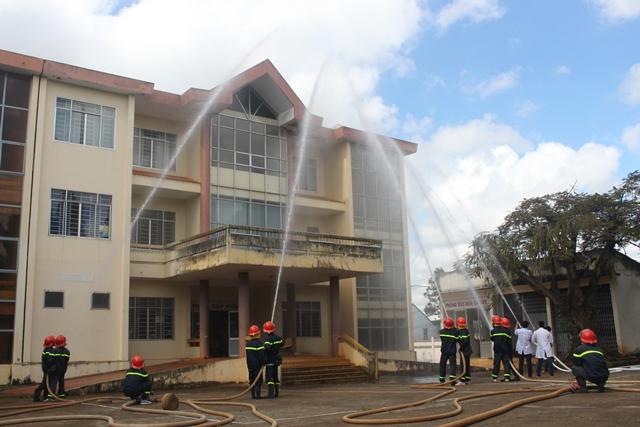 Diễn tập phương án chữa cháy – CNCH tại Bệnh viện đa khoa huyện Ea H'leo