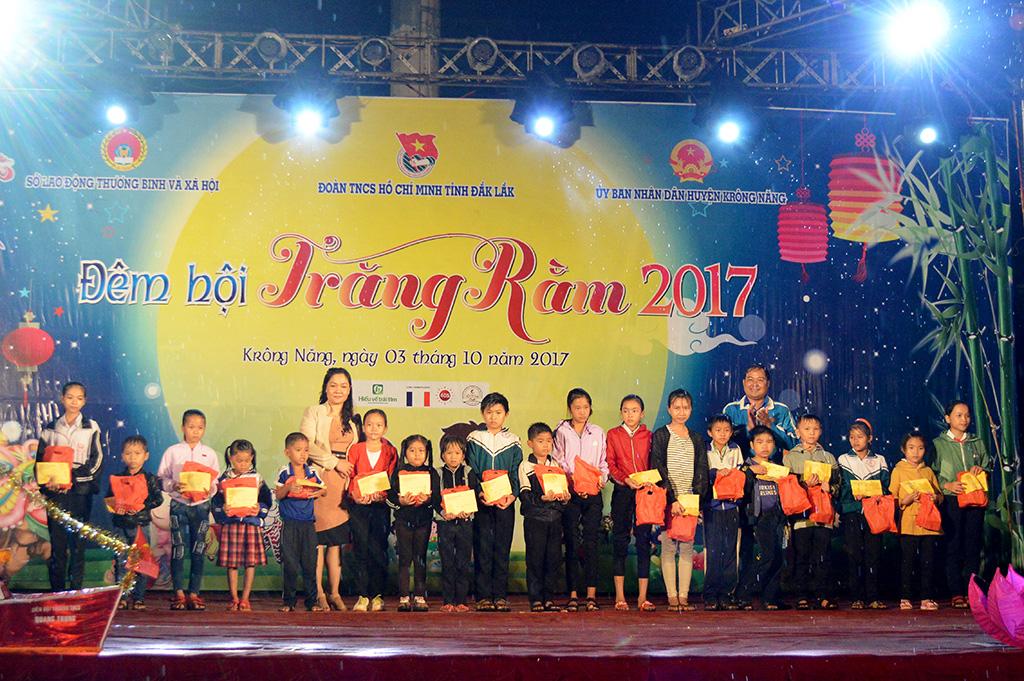 Đêm hội trăng rằm cho gần 1.500 thiếu nhi huyện Krông Năng