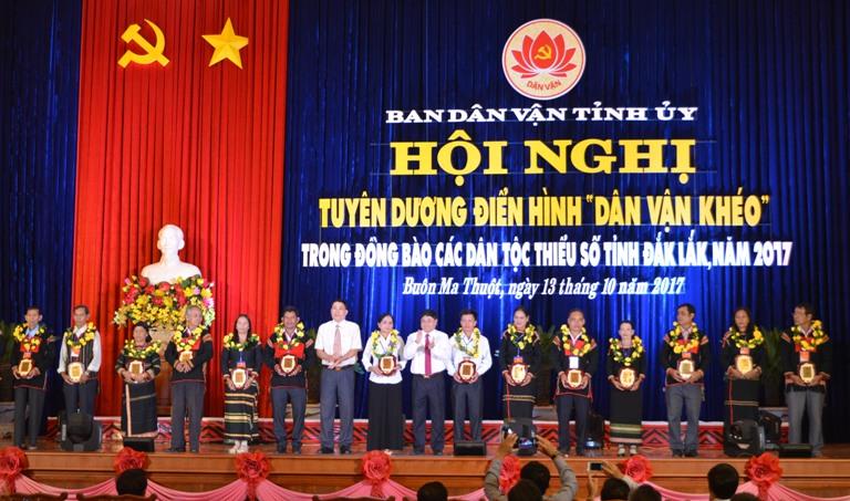 """Tuyên dương 29 cá nhân điển hình """"Dân vận khéo"""" trong đồng bào các dân tộc thiểu số tỉnh Đắk Lắk, năm 2017."""