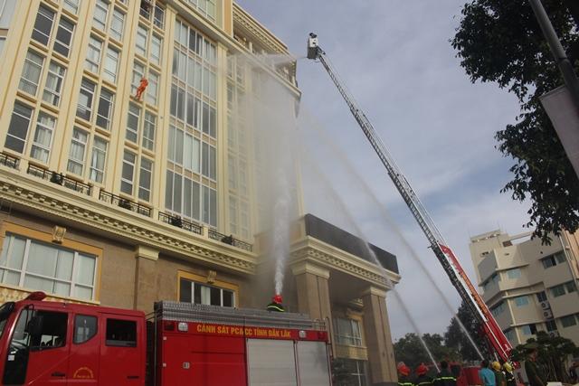 Diễn tập phương án chữa cháy- cứu nạn cứu hộ tại Công ty Điện lực Đắk Lắk
