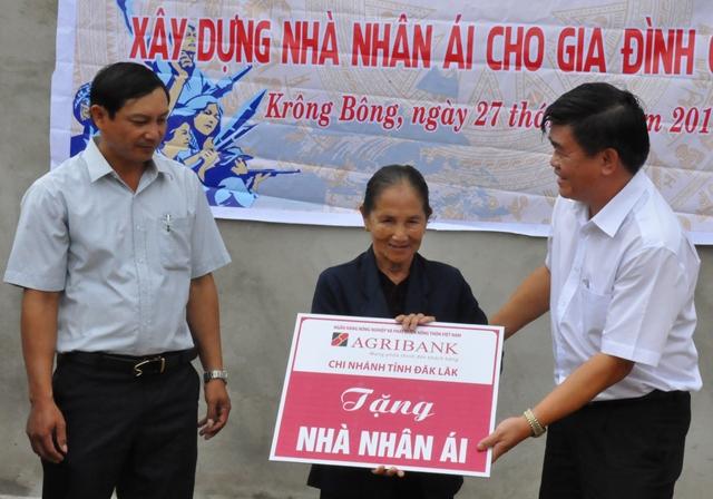 Agribank chi nhánh tỉnh Đắk Lắk dành hơn 1 tỷ đồng xây nhà tình nghĩa cho người nghèo.
