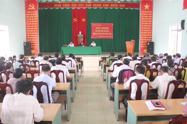 Hội nghị giao ban giữa lãnh đạo huyện, xã với chi bộ thôn, buôn