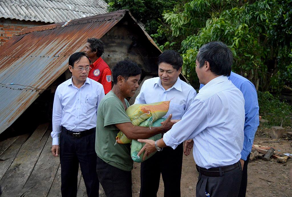 Thường trực Tỉnh ủy thăm, tặng quà đồng bào tại huyện M' Đrắk bị thiệt hại do bão số 12