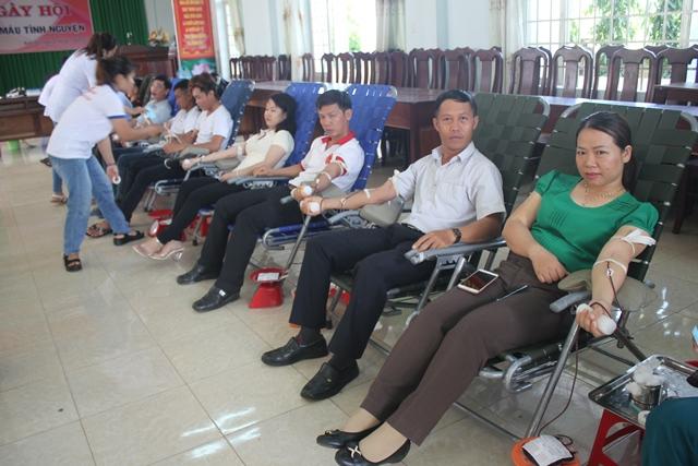 Gần 300 tình nguyện viên tham gia hiến máu nhân đạo đợt 2 năm 2017