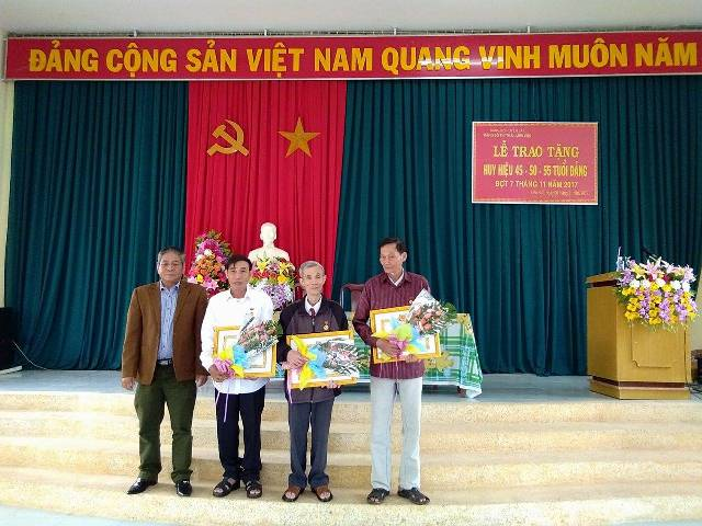 Đảng uỷ thị trấn Liên Sơn trao huy hiệu Đảng đợt 7/11/2017