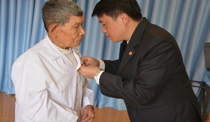 Thành ủy Buôn Ma Thuột, trao Huy hiệu Đảng cho 53 đảng viên nhân kỷ niệm 100 năm Cách mạng Tháng Mười Nga thành công