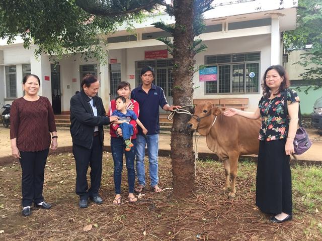 Trao tặng bò giống sinh sản cho 04 hộ gia đình nghèo có trẻ khuyết tật tại xã Ea H'đing