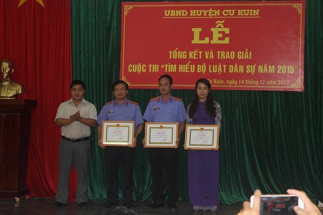 """Huyện Cư Kuin tổng kết và trao giải cuộc thi """"Tìm hiểu Bộ Luật dân sự năm 2015"""""""