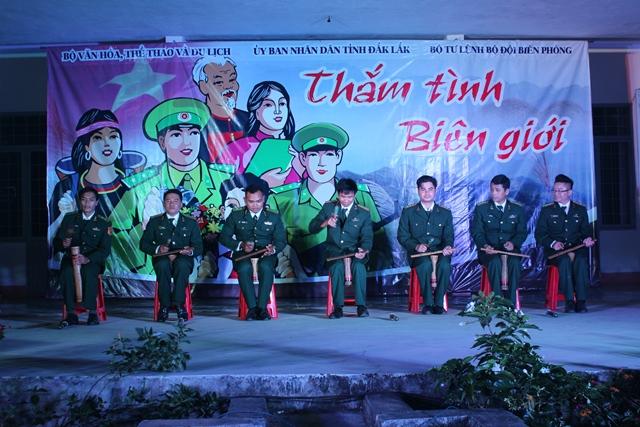 Lưu diễn văn nghệ cho nhân dân khu vực biên giới tỉnh Đắk Lắk