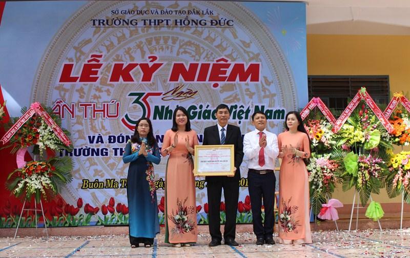 Trường THPT Hồng Đức nhận bằng công nhận chuẩn quốc gia