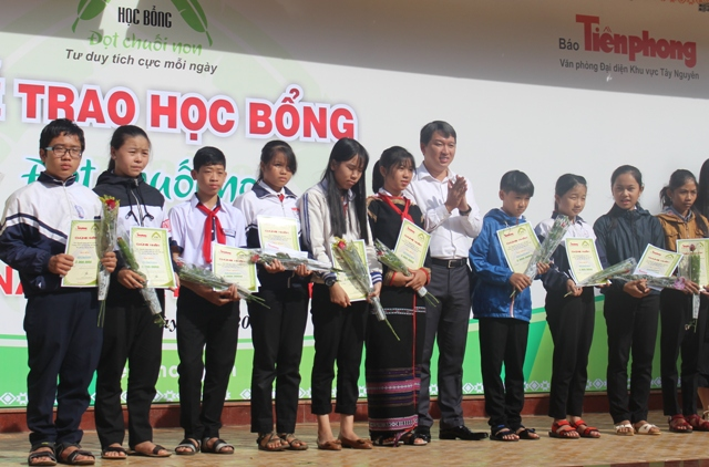 """Báo Tiền Phong trao 97  suất học bổng """"Đọt chuối non"""" cho học sinh nghèo vượt khó"""