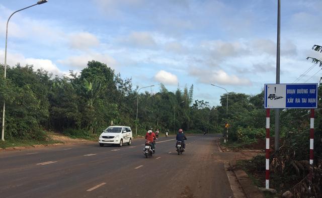 Huyện Cư M'gar cắm biển báo và làm vạch giảm tốc trên nhiều tuyến đường